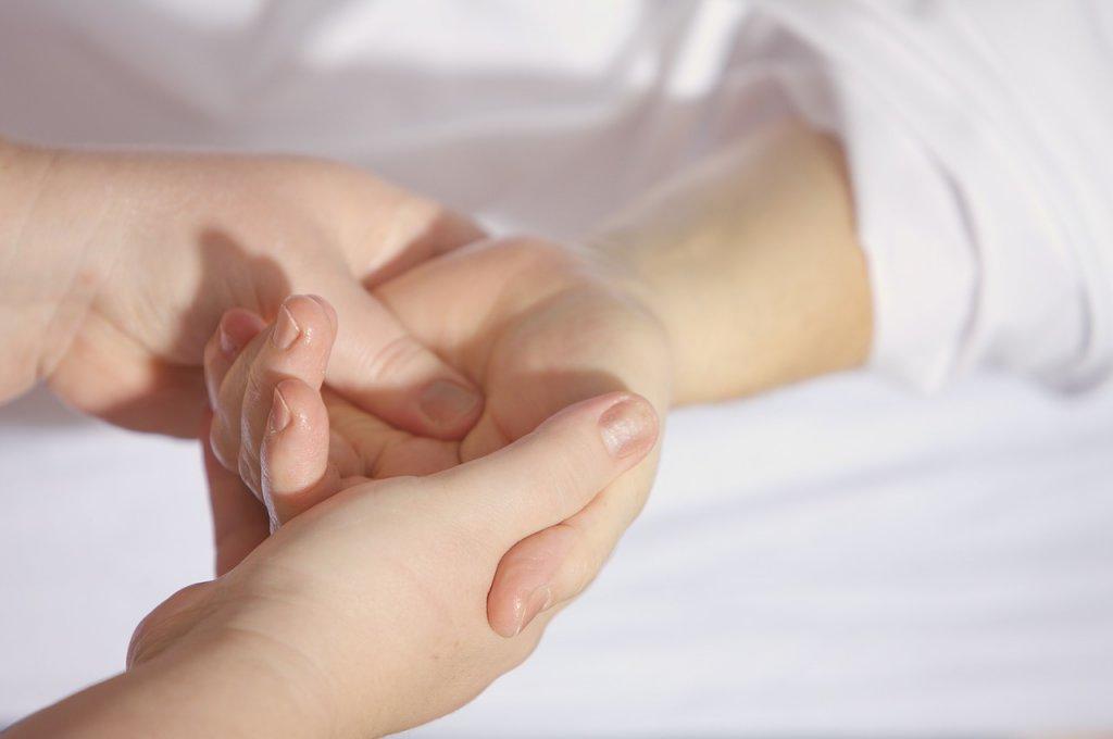 手の関節 痛む 原因